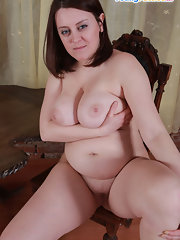 Fat mature babe spreading pussy outdoor